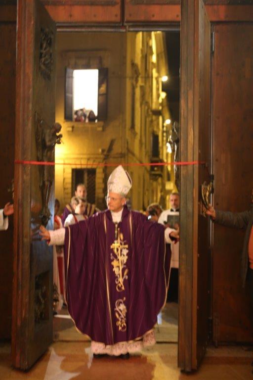 Jesi cattedrale gremita di fedeli per l apertura della - Immagini porta santa ...