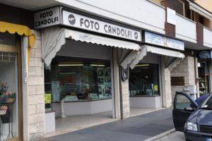 Lo studio fotografico Candolfi davanti al quale è stata trovata la carta libretto delle poste
