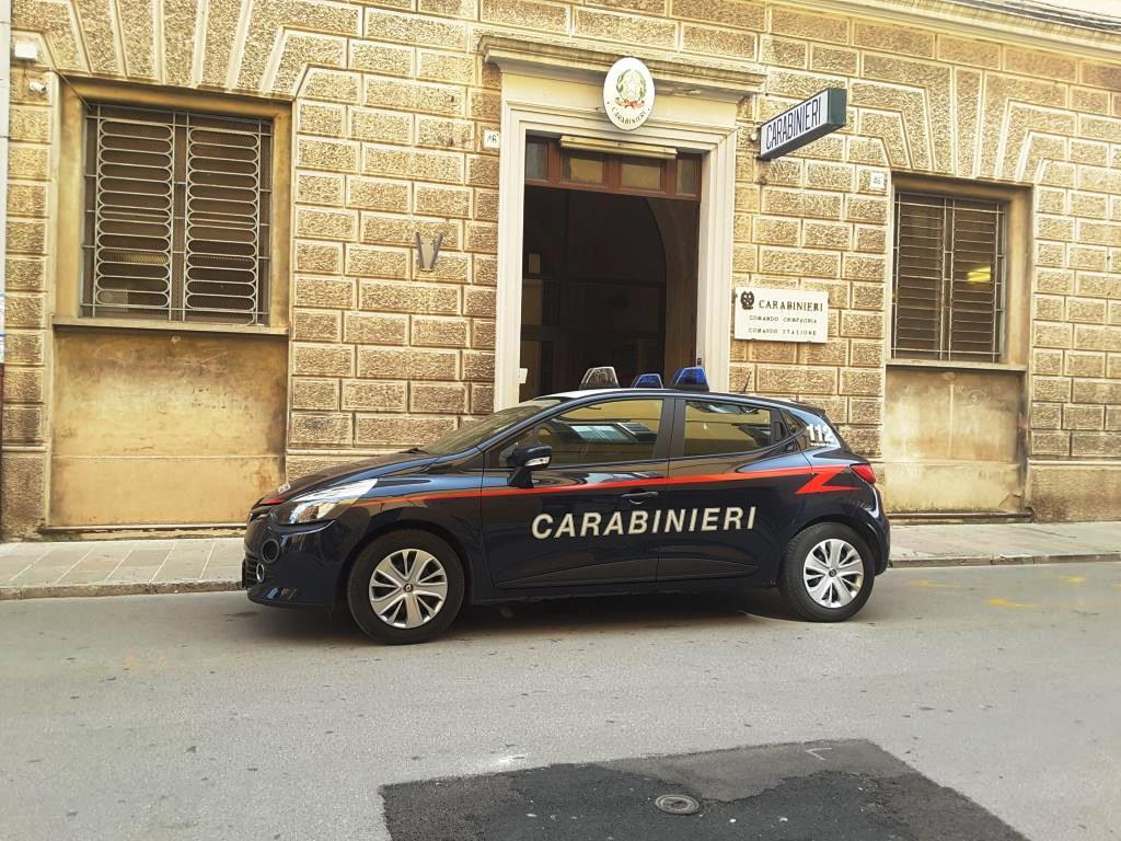 L'auto dei carabinieri davanti la caserma di Jesi in corso matteotti