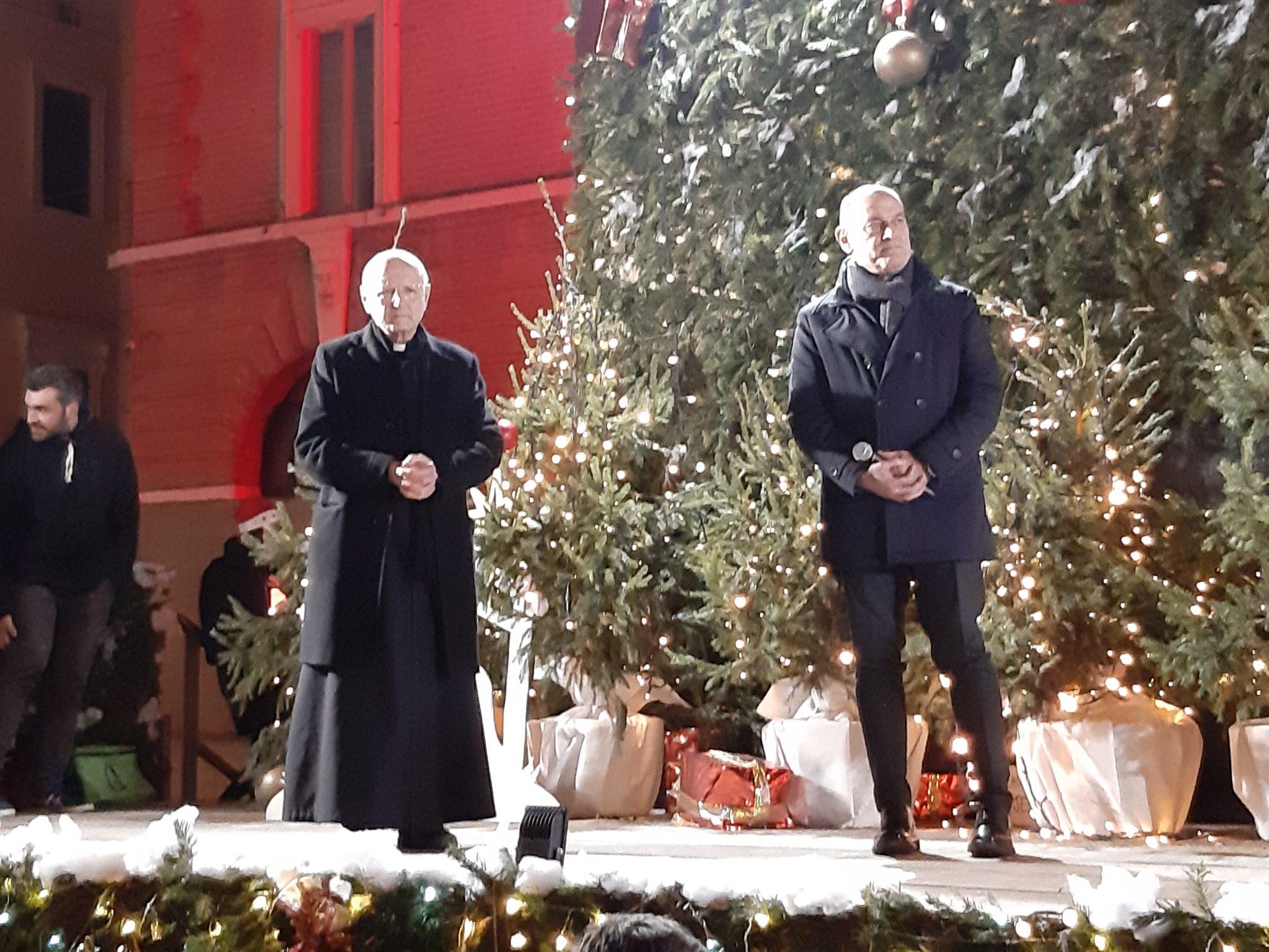 Auguri Di Buon Natale Al Vescovo.Jesi Benedetto Dal Vescovo Gerardo Il Presepe In Piazza