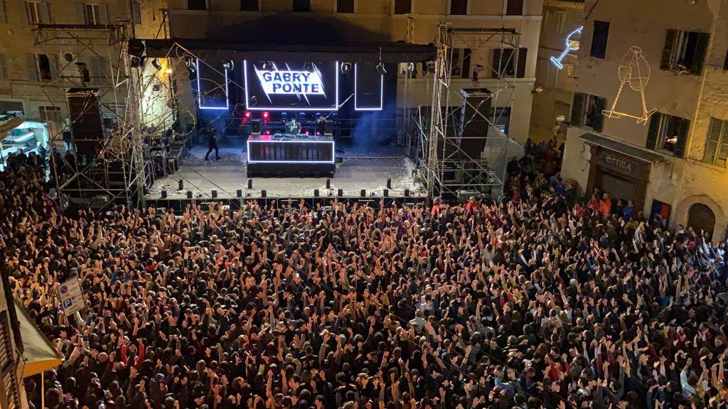 folla oceanica alla prima serata della 82esima Sagra dell'Uva