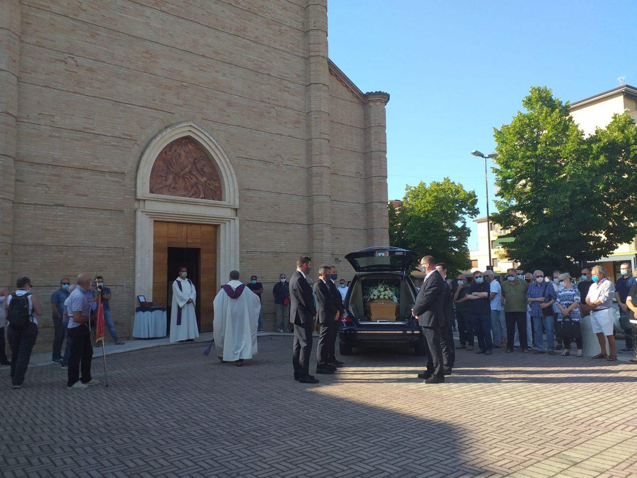 esterno funerali fiorella scarponi (10)