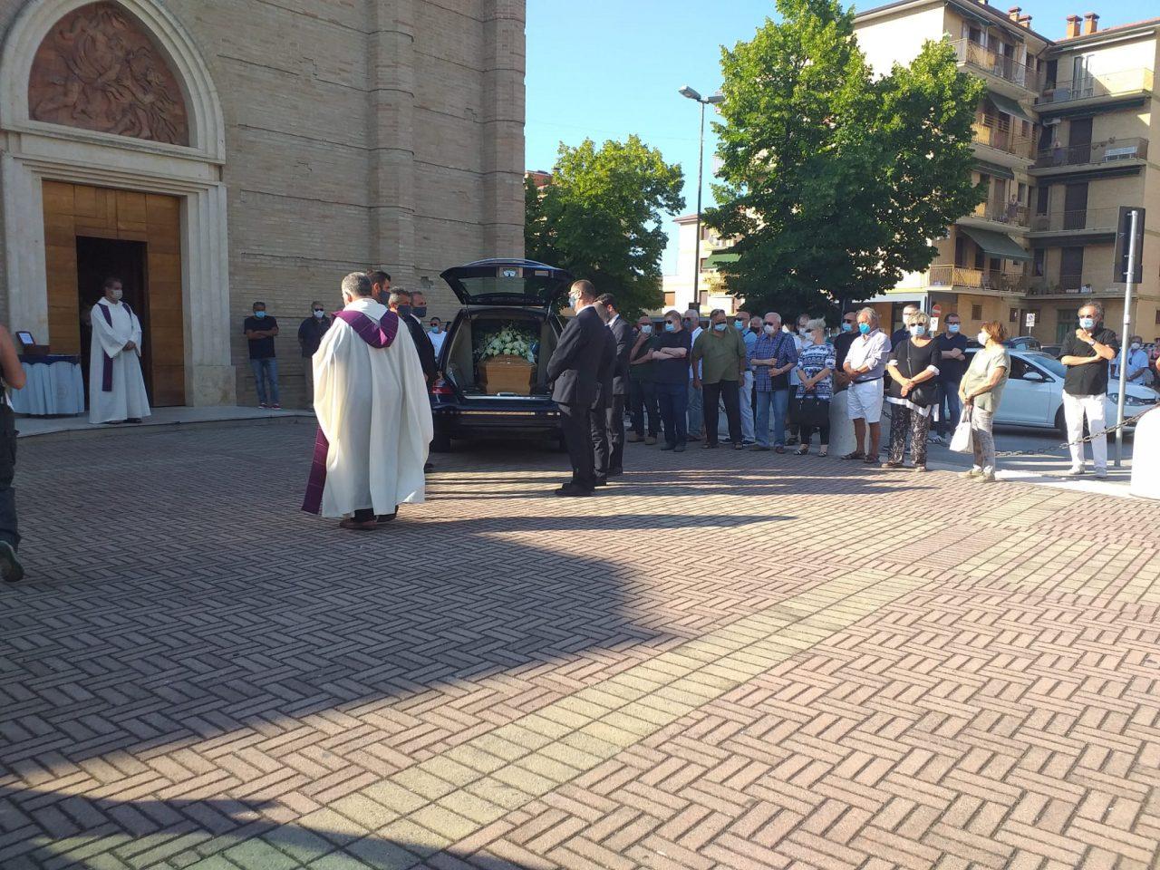 esterno funerali fiorella scarponi (9)