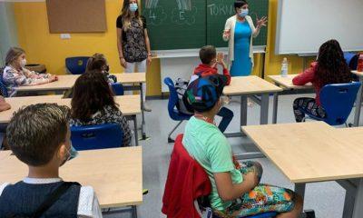 Foto di una classe di bambini durante una lezione