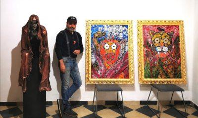 Foto di Bob Money con i suoi quadri