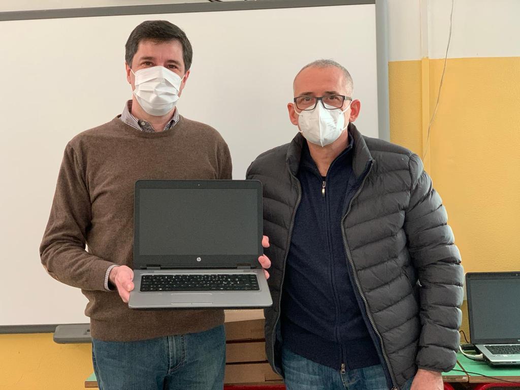 Massimiliano Nicolini e Antonio Grifoni con il computer donato dall'Avis di Santa Maria NUova