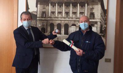 Conerobus consegna premio spilla e pergamena con Muzio Papaveri