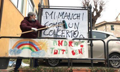 Affissione della scritta Mi manchi come un concerto